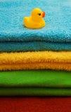 Pila de toallas con un anadón Imagen de archivo