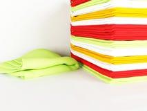 Pila de toallas de cocina de lino en una tabla Imagen de archivo libre de regalías