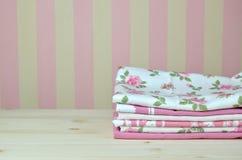 Pila de toallas de cocina rosadas Imagen de archivo
