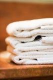 Pila de toallas del hotel Imágenes de archivo libres de regalías