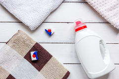 Pila de toallas en colores pastel con la opinión superior del fondo blanco detergente imagen de archivo