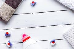 Pila de toallas en colores pastel con la opinión superior m del fondo blanco detergente imagenes de archivo