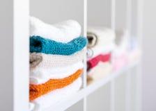 Pila de toallas en el armario de lino Foto de archivo libre de regalías
