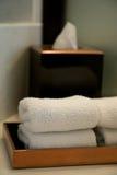 Pila de toallas en un cuarto de baño del hotel Imagenes de archivo