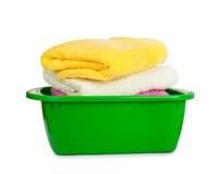 Pila de toallas frescas limpias en el lavabo verde Imagenes de archivo