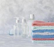 Pila de toallas para las botellas del cuarto de baño en un fondo de mármol blanco, espacio para el texto, foco selectivo Fotos de archivo libres de regalías