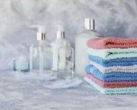 Pila de toallas para las botellas del cuarto de baño en un fondo de mármol blanco, espacio para el texto, foco selectivo Imagen de archivo