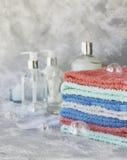 Pila de toallas para las botellas del cuarto de baño en un fondo de mármol blanco, espacio para el texto, foco selectivo Fotos de archivo