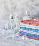 Pila de toallas para las botellas del cuarto de baño en un fondo de mármol blanco, espacio para el texto, foco selectivo Fotografía de archivo libre de regalías