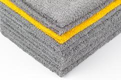 Pila de toallas de Terry grises y amarillas, fondo conceptual fotografía de archivo libre de regalías