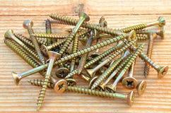Pila de tornillos penetrantes de cobre amarillo Imágenes de archivo libres de regalías