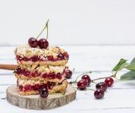 Pila de torta cocida con las bayas de la cereza imagen de archivo