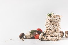Pila de tortas de arroz con las setas y los tomates Fotos de archivo libres de regalías