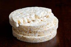 Pila de tortas de arroz sopladas Imagenes de archivo