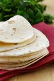 Pila de tortillas hechas en casa de la harina del trigo integral Foto de archivo libre de regalías