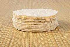 Pila de tortillas de la harina imagenes de archivo