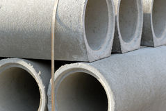 Pila de tubos concretos fotos de archivo