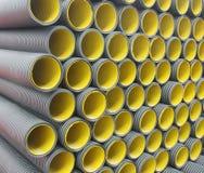 Pila de tubos plásticos acanalados amarillos negros Imagen de archivo