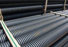 Pila de tubos plásticos acanalados negros Fotografía de archivo