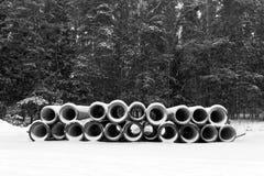 Pila de tubos y de bosque del invierno Foto de archivo