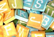 Pila de unidades de creación del bebé con las letras del alfabeto Foto de archivo