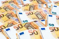 Pila de uso euro de muchos cincuenta billetes de banco para el dinero o la parte posterior de la moneda Imagenes de archivo