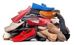 Pila de varios zapatos de los hombres, con el camino de recortes Imagen de archivo