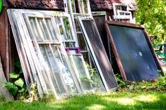 Pila de ventanas a reciclar Imagen de archivo