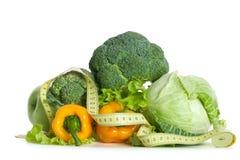 Pila de verduras frescas con la cinta de medición Fotografía de archivo libre de regalías