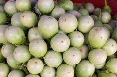 Pila de verduras frescas de las berenjenas foto de archivo libre de regalías