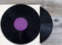 Pila de viejos discos de la música en la madera envejecida Foto de archivo