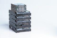 Pila de viejos discos duros en el fondo blanco Foto de archivo
