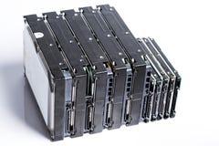 Pila de viejos discos duros en el fondo blanco Imágenes de archivo libres de regalías