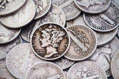 Pila de viejos monedas de diez centavos y cuartos de plata Imágenes de archivo libres de regalías