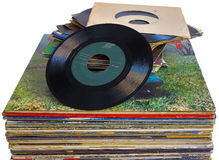 Pila de 45 y 33 discos de vinilo de la RPM usados Imagen de archivo libre de regalías