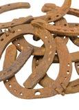 Pila de zapatos retros viejos del caballo aislados en blanco Imagen de archivo