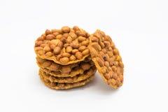 Pila dei biscotti dell'arachide su bianco Immagine Stock