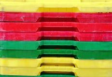 Pila dei recipienti di plastica per il pesce Immagine Stock