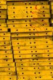 Pila del acero concreto amarillo del encofrado Fotos de archivo libres de regalías