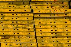 Pila del acero concreto amarillo del encofrado Fotografía de archivo