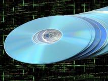Pila del Blu-raggio di DVDs dei Cd di dischi blu sul codice Fotografie Stock Libere da Diritti