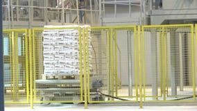 Pila del bolso del yeso transportada por la plataforma mecánica almacen de video