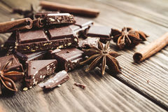 Pila del chocolate y semillas del sésamo en una tabla de madera Foto de archivo libre de regalías