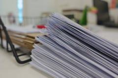 Pila del documento en el escritorio de oficina foto de archivo libre de regalías
