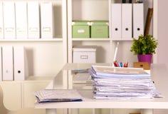 Pila del fichero, carpeta de archivos con el fondo blanco imágenes de archivo libres de regalías