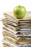 Pila del fichero y manzana verde fotografía de archivo libre de regalías