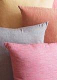 Pila del fondo di cuscini colorati Immagini Stock Libere da Diritti