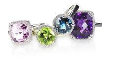 Pila del mazzo di anelli di engagment di nozze di diamante Immagini Stock