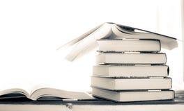 pila del mont?n de libros raros libro abierto de la lectura y se?al roja imagen de archivo
