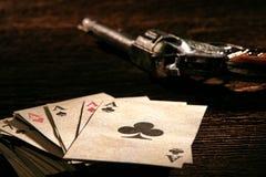 Pila del oeste americana de las tarjetas del póker con los as y el arma imagenes de archivo